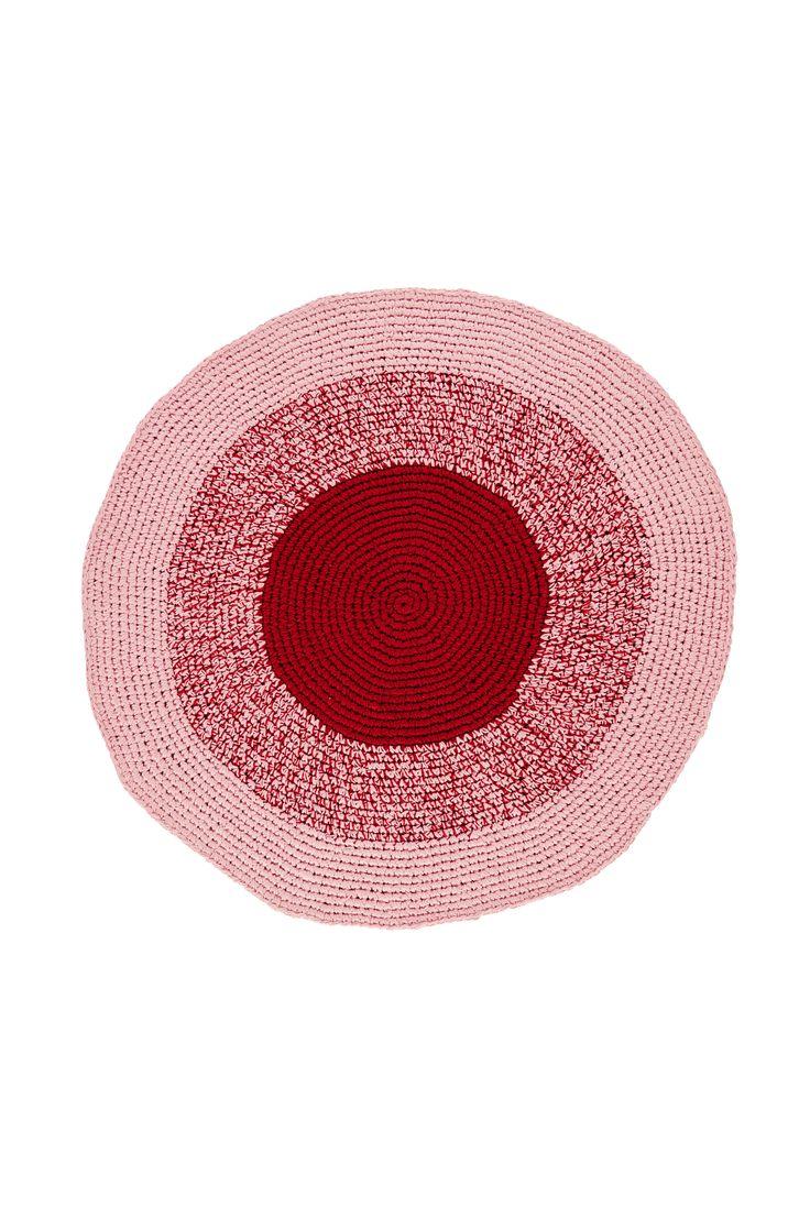 Liva upp inredningen med en virkad karamell till matta. Material: 100% bomull. Storlek: ø100 cm. Beskrivning: Handgjord virkad bomullsmatta med mönster i tie-dye effekt. Kan variera något i storlek då de är handgjorda. Skötselråd: Handtvätt 30°. Tips/råd: Välj gärna olika typer av mattor till samma rum. Håll dig då till samma färgskala men satsa på olika mönster och strukturer.