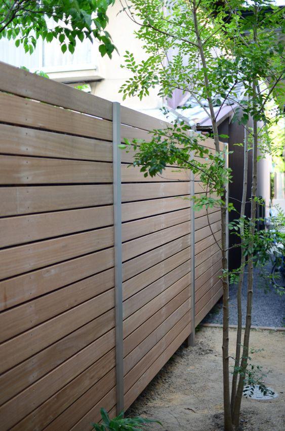 ようやく梅雨らしくなってきて植物や田畑はここぞとばかりに水を浴びてます。 そんな梅雨時期ですが、エクステリアのお仕事、幸い好天に恵まれました。   掃き出し窓からみえる隣家の塀を隠すようにウッドフェンスを設置させて頂きました。 柱は横のテラスと同じアルミ角柱、木部は雨などに強いセランガンバツという木を使用。 柱を立てるのは造園屋さんの指導の下、60cmほど掘り下げ、独立基礎を埋め込みそこに柱を差し込んでコンクリートで固めます。  暑さと蚊の来襲でなかなかのハードさでした ダボスコというスコップ3本とハツリ機を使い3人で掘ります。 このダボスコ、想像以上に上手く思い通りの四角い穴が掘れます。  柱を建てた翌日に木部の取り付け、下穴は予め開けていたにも関わらず苦戦、堅さ、重さ共に少々見くびっていました。。。 (ちなみに堅木(デッキ)用下穴不要のステンレスビスを使いましたが下穴無しでは全く歯が立ちませんでした)  しかし、完成してみるとやはり良いです。間口7m、高さ2.2mですが色合いも優しいので圧迫感もなくアルミとの相性も良かったようです。…