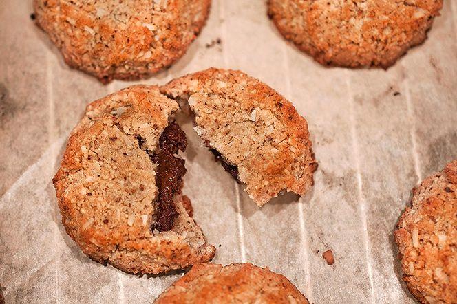 Hasselnötskakor med nutellagömma  Att hasselnötter och choklad passar ihop är en underdrift – de är dreamteam! Dessa kakor är varje nutella-älskares dröm; ett nötigt, lagom sött och krispigt yttre, med en underbar fyllning där chokladen spelar huvudrollen och hasselnötssmör rundar av perfekt.