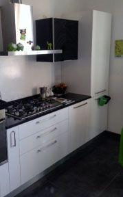 Cucina bianca con top e pensile nero