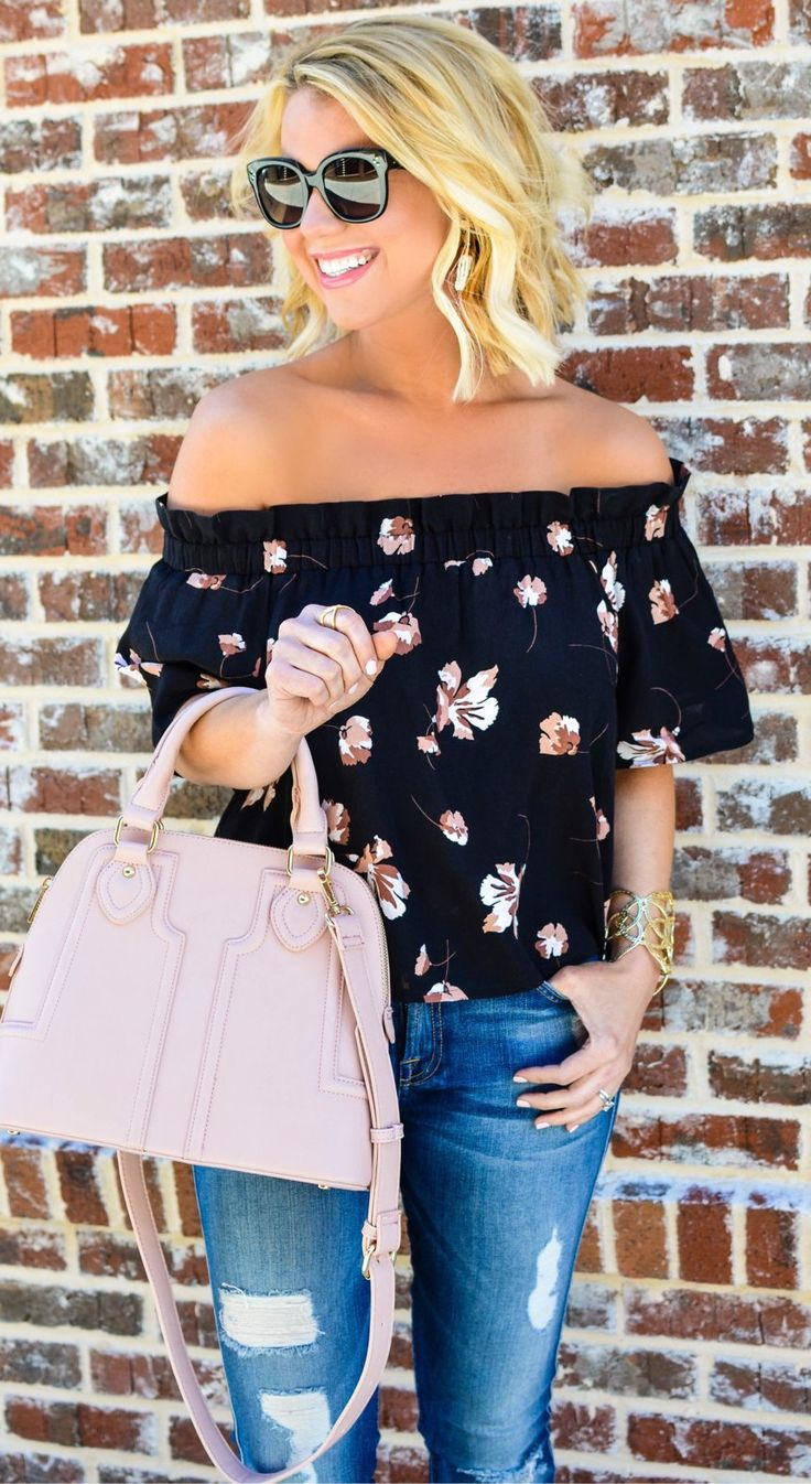 Pantalones vaqueros flacos #spring #fashion Negro hombro abierto superior y rosa bolso de mano y rasgados