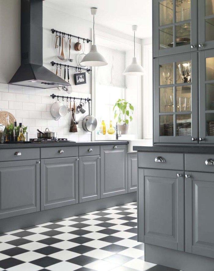 Färglöst behöver inte bara innebära svart och vitt, en grå ton adderar ett mjukare stuk.  Kök från IKEA