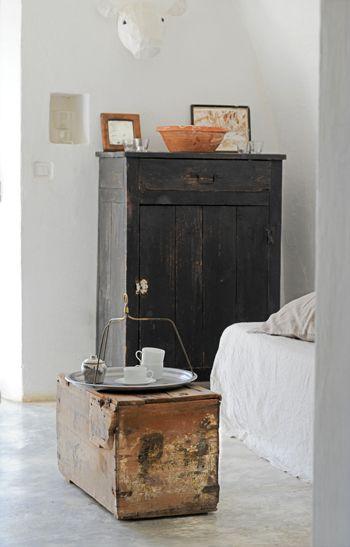 Deze huiskamer is een ratjetoe van spullen die geleefd hebben.