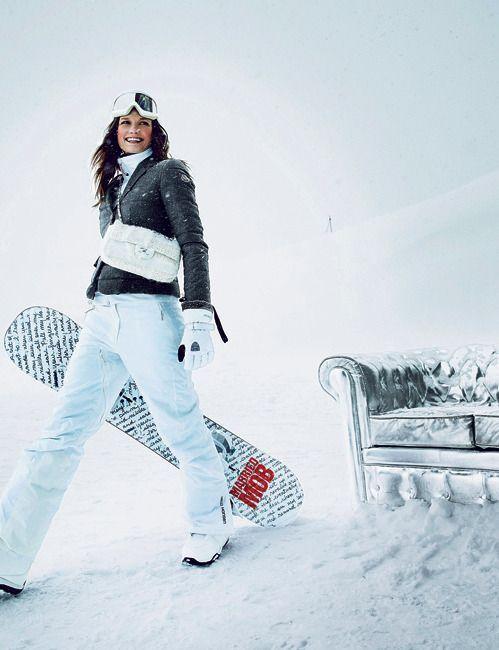 FREE STYLEVeste en polyamide garnie de duvet d'oie et pashmina, Moncler, pull en fibre polaire, Eider, pantalon de ski, Helly Hansen. Masque Fendi, gants Gore-Tex, sac Chanel, chaussures de snowboard, Nitro chez Misty Fly à Val-d'Isère, snowboard Burton.