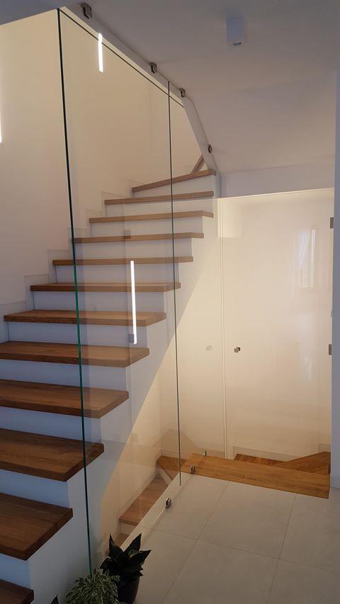 Glass wall nest to stairs in a detached house | Szklana ścianka obok schodów w  domku jednorodzinnym / Glass fittings: CDA Poland | Okucia do szkła: CDA Polska