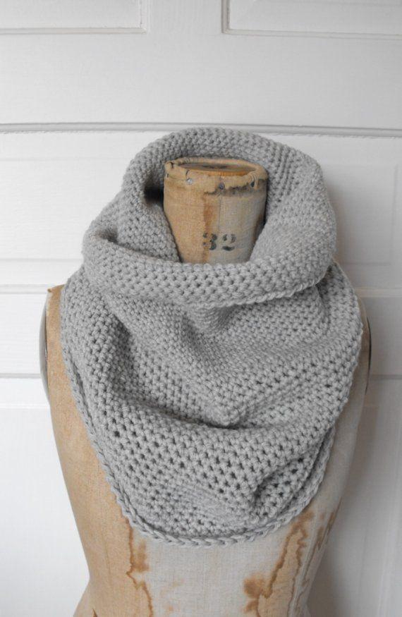 Facile à faire! Au crochet, maille serrée. Faire une chainette de 1.20 environ pr un snud de 2 tours. Crocheter en rond en maille serrée sur 30-50cm.