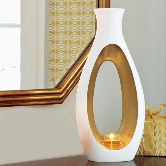 Votivkerzen-Windlicht Carezza, € 139,90; Inkl. Votivkerzenglas. BxH: 22x48 cm. Für Votivkerzen und Teelichter (nur im Votivkerzenglas).  Unsere neue, skulpturale Kollektion Embrace rückt Ihre Inneneinrichtung in goldenes Licht.