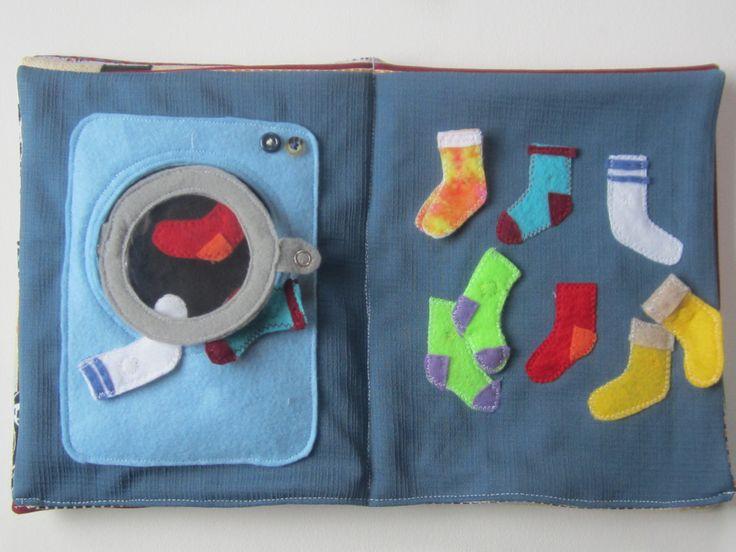 machine à laver et chaussettes. Boutonner