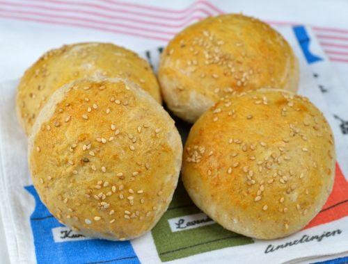 Hamburgerbröd med surdeg och sesamfrön. Baka egna bröd till hamburgare. Blir extra goda med vetesurdeg som du kan köpa färdig eller använda egen surdeg.