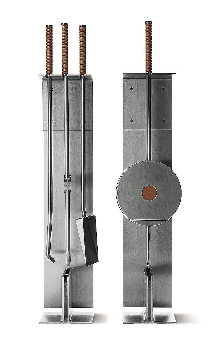 Bardzo elegancki i nowoczesny zestaw kominkowy projektu Petera Maly. Doskonałe połączenie stali nierdzewnej i skóry naturalnej