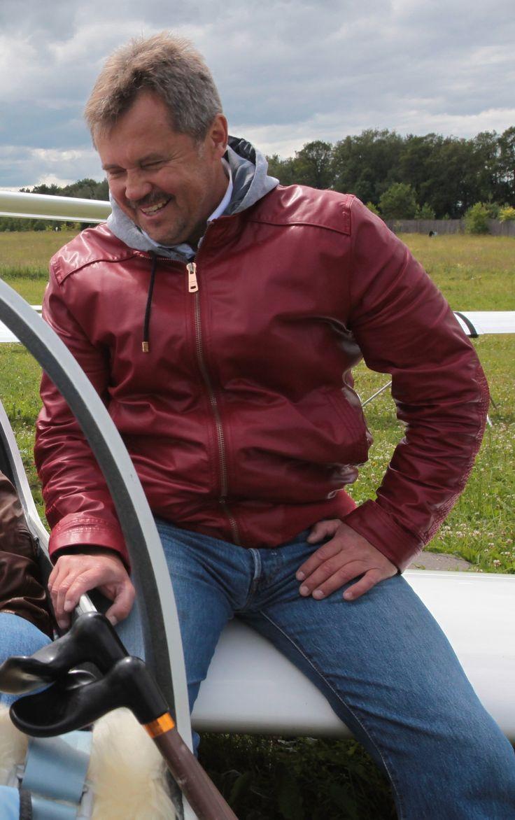 Владимир Гаврилов – профессиональный летчик, 20 лет отработал в гражданской авиации командиром на различных воздушных судах, занимался авиационным бизнесом, но с небом расстаться не смог и стал инструктором-планеристом.
