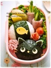 楽天が運営する楽天レシピ。ユーザーさんが投稿した「キャラ弁*黒猫ちゃんおにぎり」のレシピページです。コロコロ黒猫ちゃんのおにぎりです♪。ごはん,海苔,かまぼこ,スライスチーズ(なくてもOK),チェダーチーズ(薄焼き卵でも),パスタ(+固定用)