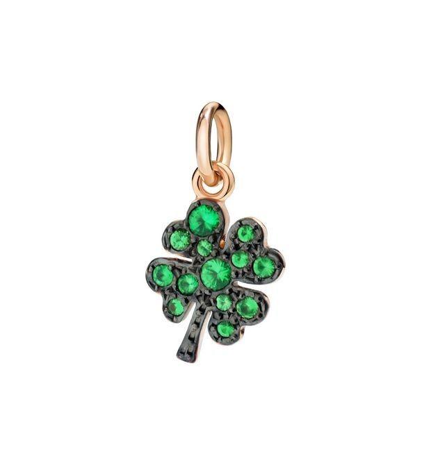 Ciondolo portafortuna a forma di quadrifoglio in oro 9k e tsavoriti | Dodo  #charm #charms #gold #quadrifoglio #portafortuna #verde #green