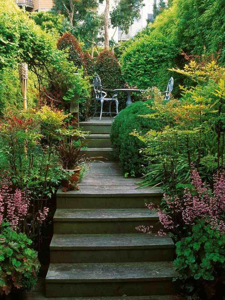 aménagement extérieur du jardinet- terrasse, marches en bois et coin de repos