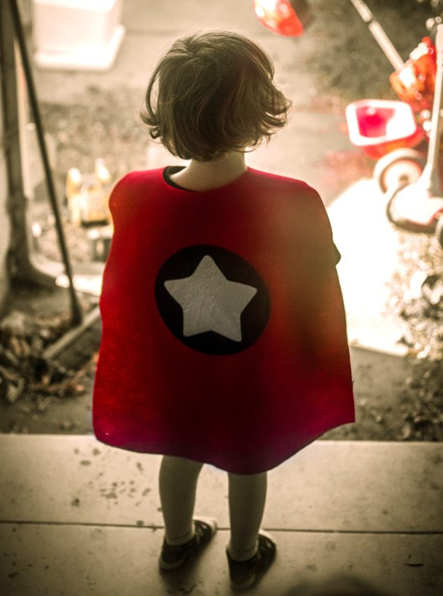 superhero cape tutorial - diy no-sew felt toddler capes fro halloween or birthday party favors - cardiclips.com