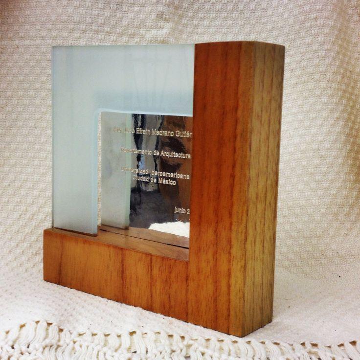 Premio Gallo 2014. Base de madera de cedro, placa de plata sterling ley .925 grabada en láser, remate de cristal esmerilado de 6mm. Departamento de Arquitectura, Universidad Iberoamericana, diseño: Gabriela Márin E.