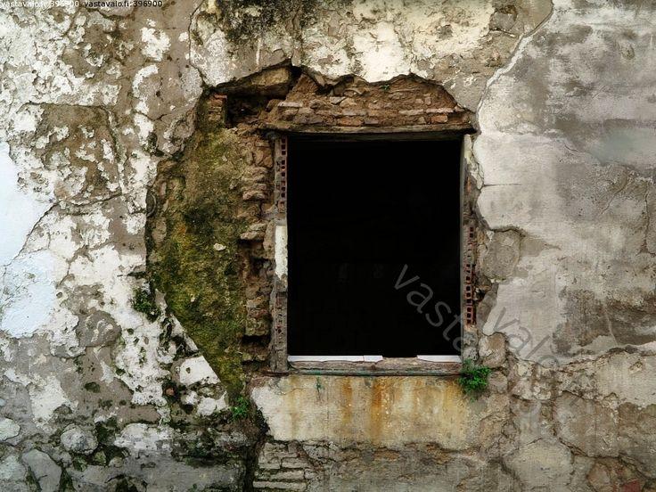 Seinä - reikä seinä tiili rappaus sammal rikki kulunut ikkuna aukko kehys