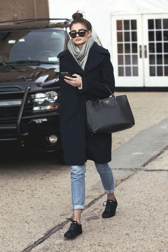 Tendência Hygge casaco preto de lã comprido, calça jeans e cachecol cinza