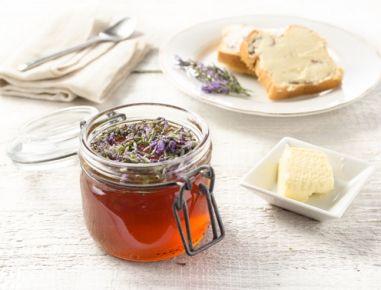 Für den Lavendelhonig die Lavendelblüten in ein Gewürzsäckchen oder in einen Teefilter geben. Das Säckchen gut zubinden. Den Honig in einen Topf