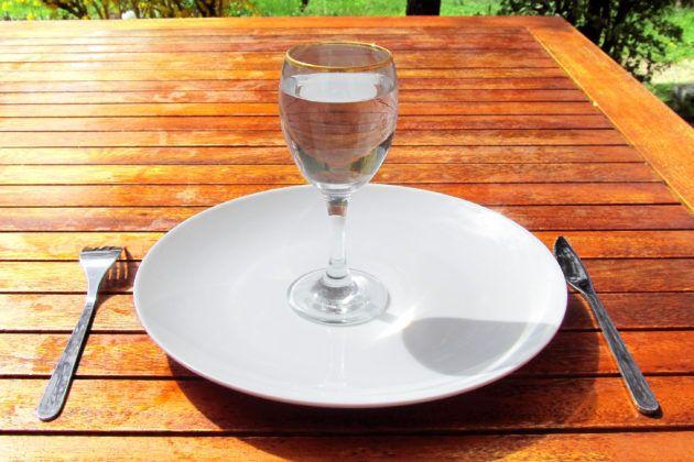 最近、ファスティングやプチ断食、ジュースクレンズなど、食べないことでデトックスをするという健康法が一般的になりつつありますね。 以前は「断食」というと修行僧のようなイメージがあり、辛く厳しいことといった認識の方が多かったと思います。 また、小さい頃あまりご飯を食べないと「たくさん食べなきゃ大きくなれないよ!」と言われたり、体調が悪い時に「しっかり食べて早く治しなさい!」と言われた経験がある人もいるのではないでしょうか? IN YOUでも以前ファスティングについてご紹介した記事がありましたが、現在では「食べる」ことだけでなく「食べない」ことに注目した健康法が登場しています。 そんな話題のファスティングですが、食べないとお腹が空いて辛いんじゃないの? ファスティングをすると体にどんな変化があるの?と疑問を持っている方も多いと思います。 そこで今回は私の友人であり、ファスティングマイスターとして活躍する渡邊佑さんにインタビュー。 みなさんの気になるであろうファスティングのあれこれを聞いてきました。…