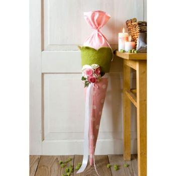 Schultuete aus Filz in rosa-hellgrün mit weissen Punkten. Dekoriert mit aufwendig gestalteten Rosen aus Filz.