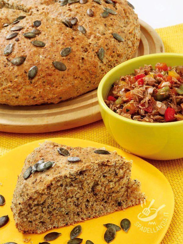 Pane con frutta secca: una ricetta genuina e molto salutare che arricchisce il pane con noci, semi di zucca, pinoli. Servitelo per un brunch!