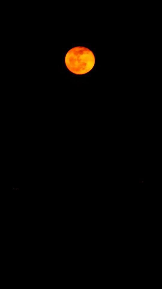 Une lune rouge annonce le début du printemps... #Urrugne www.urrugne.com www.facebook.com/Urrugne