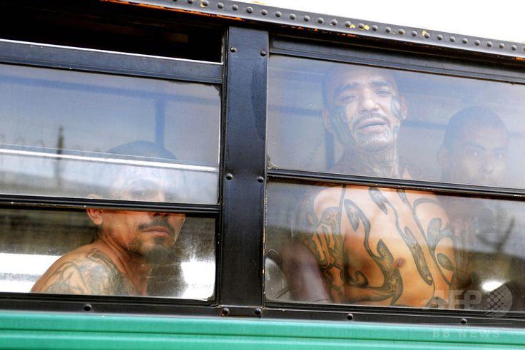 エルサルバドル・イサルコ Izalco の厳戒警備の刑務所へ移送されて来たギャングのメンバーたち(2015年4月24日撮影)。(c)AFP/Marvin Recinos ▼2Jun2015AFP|【AFP記者コラム】死を見る目──エルサルバドルのギャングたち http://www.afpbb.com/articles/-/3050601