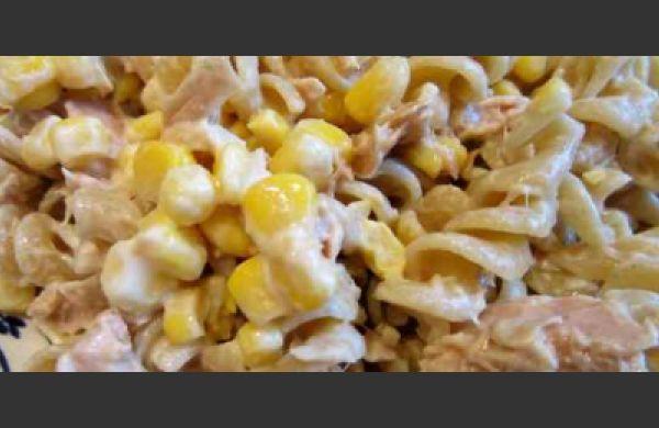 Ιδανική για το ταπεράκι του γραφείου! Υλικά 1 πακέτο βίδες 2 κονσέρβες τόνο σε λάδι 10 μαρουλόφυλλα ή πολύ ψιλοκομμένο λάχανο 2 αγγουράκια 1 ντομάτα σε κύβους 30 ρόγες από σταφύλι 1 κονσέρβα γλυκό καλαμπόκι 3 πιπεριές Φλωρίνης ψιλοκομμένες...