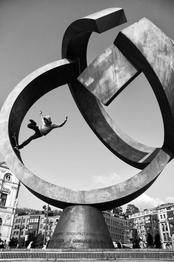 Patinando una escultura de Oteiza, en Bilbao.