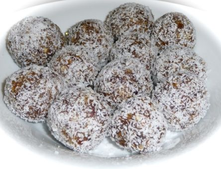 Diabetic Friendly Snack Recipe:  Simple 3 Snack Balls.  This has to be the simplest snack recipe we have posted yet. Three ingredients, quick and easy to make and so tasty, with no processed sugars it is 100% diabetic friendly. Comes also with some serious health benefits.  Click through to get the recipe.