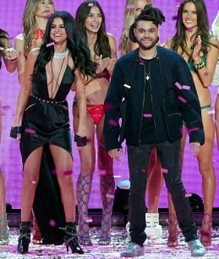 """Selena Gomez The Weeknd no tuvieron """"citas secretas por un año"""" a pesar de lo informado.  Selena Gomez y The Weeknd no estaban """"secretamente saliendo por un año"""" antes de que su romance se hiciera público a pesar de un informe de la prensa rosa completamente falso. Gossip Cop puede acabar con la falsa historia.  Como ha informado Gossip Cop The Weeknd se separó de Bella Hadid en noviembre pasado. A principios de enero él y Gomez salieron juntos por primera vez. Se ha dicho que Hadid está…"""