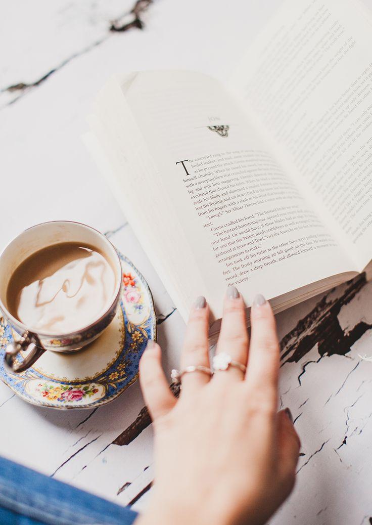 Beber café fuera mientras leemos algo que nos encante