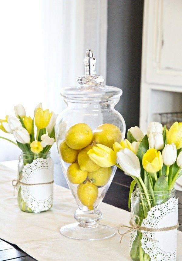 Des citrons et des tulipes jaunes