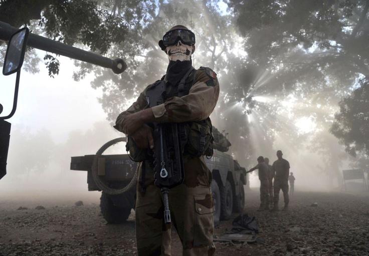 El soldado francés censurado por su propio gobierno, al lucir un pañuelo-calavera.