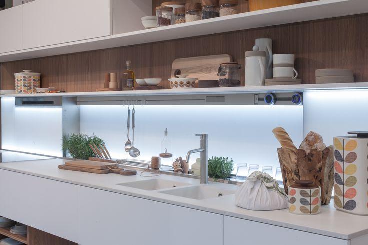 CUCINA CON INTEGRATO IN QUARZO - MARMO ARREDO. L'azienda Marmo Arredo offre al cliente la possibilità di creare piani continui di grandi dimensioni senza fughe visibili. Il lavello della linea Quadro di Schock in quarzo è perfettamente integrato nel top da cucina di ampie dimensioni.Di colore bianco, a due vasche, il lavello è dotato del miscelatore Aquafont con monocomando canna a tubo e cartuccia a dischi ceramici. www.marmoarredo.com