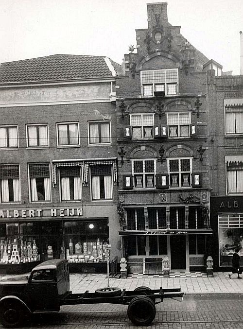 Voorstraat | Jaren 50 | Zou de Albert Heijn, naast de 'Koning van Portugal' al een zelfbediening zijn?