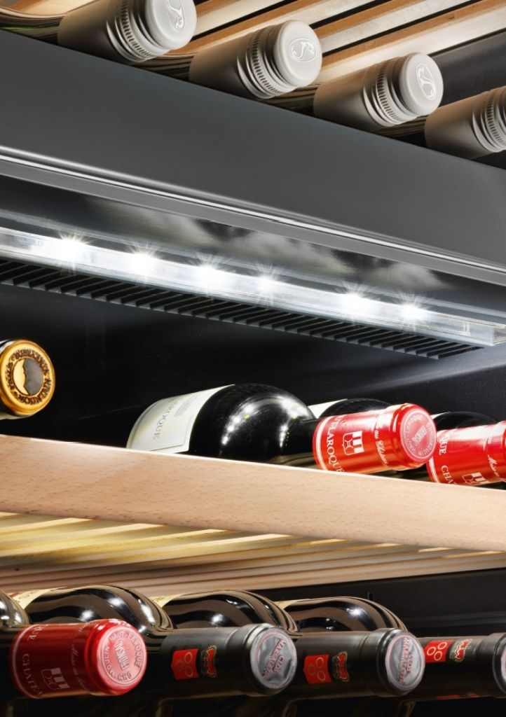 Adega de piso e embutir WS 17800 em inox, com 3 zonas de temperatura para 178 garrafas - Iluminação por LEDs: regulada por dimmer e presente em cada zona de temperatura, ficando integrada ao teto ou às áreas de isolamento de temperatura. Essa avançada tecnologia permite garantir uma iluminação uniforme por todo o interior da cave. Como o calor gerado pelo LED é mínimo, os vinhos podem ser apresentados perfeitamente iluminados por longos períodos de tempo. #LIEBHERR #ADEGA #VINHOS