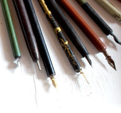 Cannucce e pennini - Che tormento!!! quando si iniziava a scrivere con la penna. Consisteva in una cannuccia di legno che portava, infilato ad una estremità, il pennino di metallo da intingere nell'inchiostro. Questo richiedeva una certa abilità che consisteva sia nell'intingere il pennino in modo adeguato per non macchiare le pagine, sia nel tracciare i segni senza premere troppo per non rovinare la pagina. Un aiuto proveniva dal nettapenne che consisteva in alcuni pezzetti di stoffa.