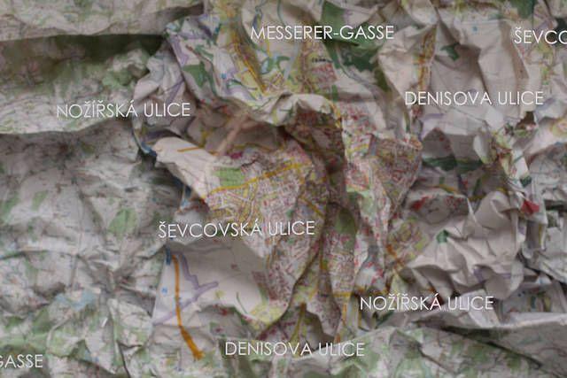 Výstavy s procházkou / procházka s vernisážemi – společný projekt olomouckých nezávislých galerií 23. dubna 2015. Výtvarné umění, koncerty. Stratil, Panáčik, Hodboď, Jaro, Kasalová, Vlková, Wolf, Dočkal, Maša. / Jana Kasalová: Občas se skrývám bůhvíkde | vernisáž | kurátor: Alexandr Jančík | 23. 4. 2015 | 17:00 | Vitrína Deniska / foto©Monika Abrhámová / http://www.pifpaf.cz/cs/xy