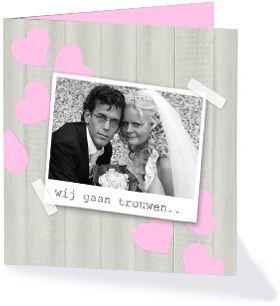 Trouwkaart met grijs hout en lichtroze hartjes uit de collectie 'Lieve kaarten'