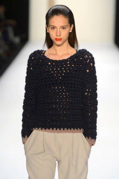 Modella con maglia nera Hien Le