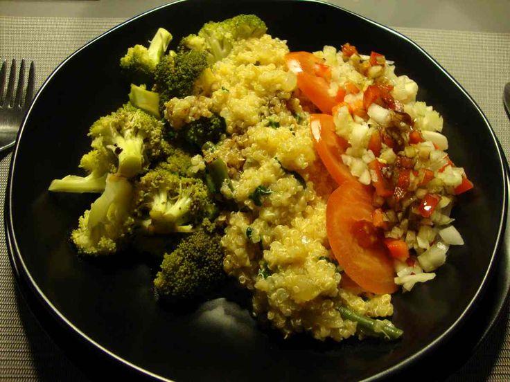 Una cena vegetariana: Quinoa, hinojo, rábano, tomate, brocoli, habichuelas, cebolla...espincaca!