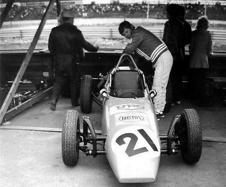 Tamperelaisen harrastajaporukan rakentama ja Juha Vettenrannan suunnittelema Mefisto II otti useana vuonna osaa Kiemolan Formula Vee -kisoihin. Kuljettajana tässä Pentti Nurmi vuonna 1972.