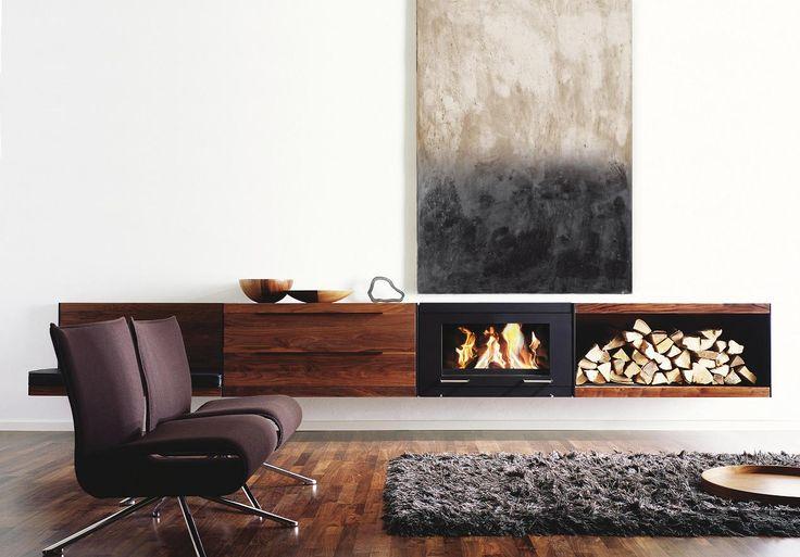 Wiszący kominek Balance firmy Skantherm. Dzięki zastosowaniu nowoczesnych technologii, obok komory spalania możemy zastosować wiszące moduły np. na drewno.