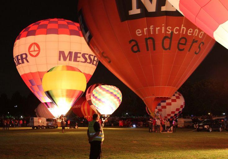 Nachtglühen (hierbei werden die Ballone zum Rhythmus der eingespielten Musik entsprechend gefeuert), 16.08.2013, Kevelaer (19. Heißluft-Ballon-Festival), Germany