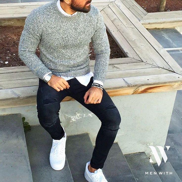 Suéter mescla, camisa básica e skinny escura com recortes.