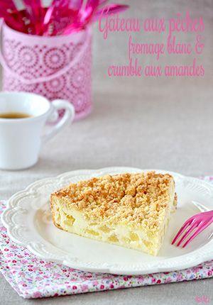 Ajouter un crumble sur un gâteau au fromage blanc pour un effet crousti-moelleux… Et des pêches pour parfumer... Délicieux !