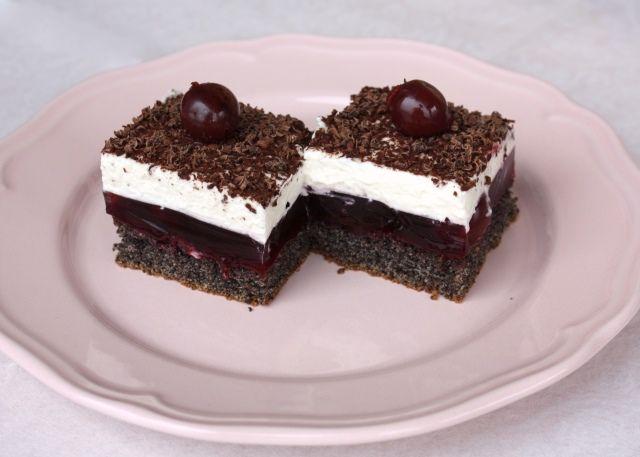 Recept s fotopostup na ozaj výborný makovo-višňový smotanový koláčik, dokonca bez múky. Zamilovala som sa do tejto kombinácie.