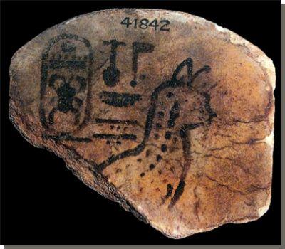 Serval op een tegel uit Serabit el-Chadim, 18de dynastie, British Museum, Londen. In het oude Egypte kwamen acht wilde kattensoorten voor. Het zijn de Afrikaanse wilde kat, de moeraskat, de serval, de caracal, de zandkat, de leeuw, de luipaard en de jachtluipaard. Lees het volledige artikel over wilde katten in het Oude Egypte op Kemet.nl